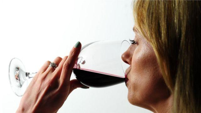 Mulher consumindo vinho