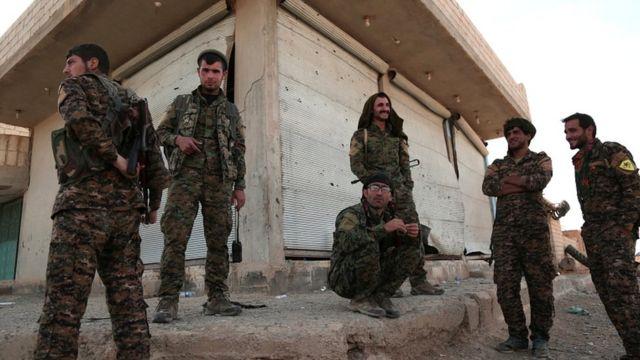 Rakka'nın kuzeyindeki Suriye Demokratik Güçleri üyeleri.