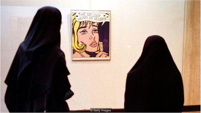 Visitantes observam quadro do artista pop americano Roy Lichtenstein, em exposição no TMOCA, em 1999