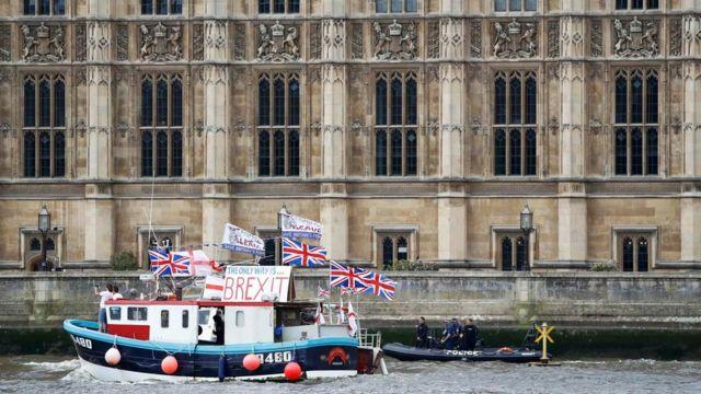 英議会の脇を通過する離脱派の船