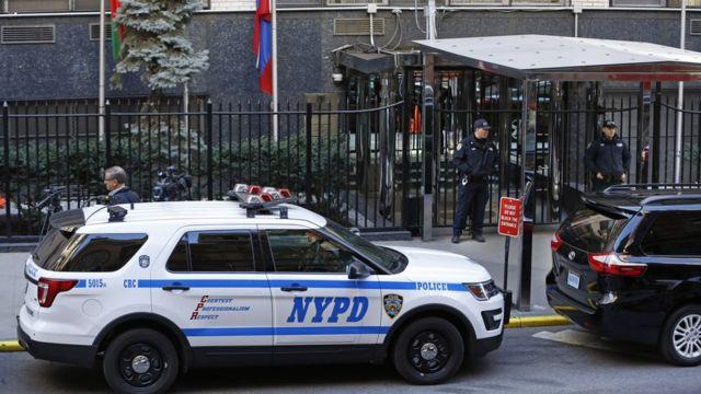 Полицейские машины у постпредства России при ООН в Нью-Йорке