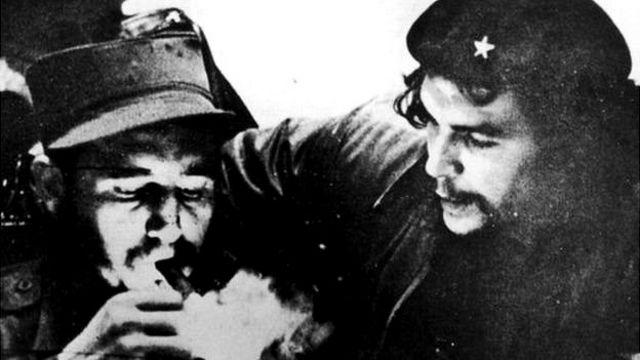 मेक्सिको में कास्त्रो की मुलाक़ात नामी क्रांतिकारी चे ग्वेरा से हुई.