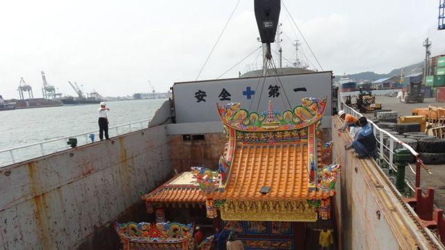 将寺庙运往太平岛,需要使用货轮。