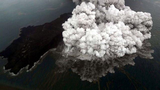 इंडोनेशिया में सक्रिय ज्वालामुखी की हवाई तस्वीर