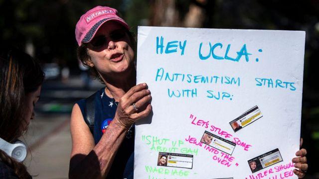 демонстрантка в Калифорнийском университете в Лос-Анджелесе