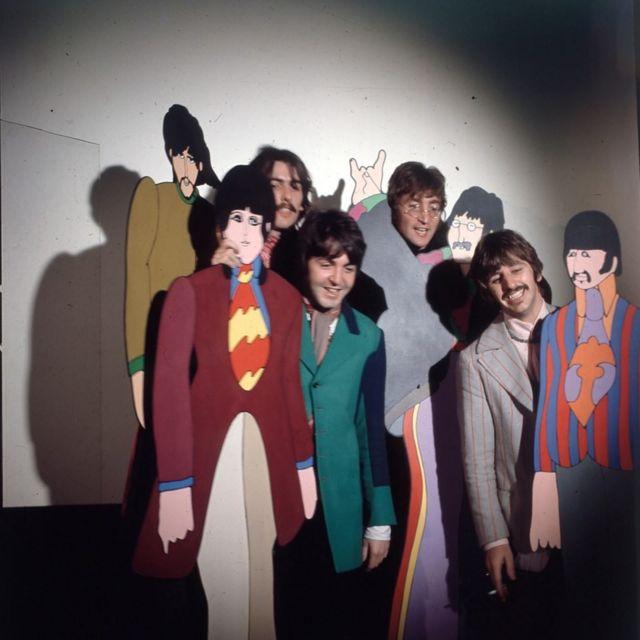 1967年,披頭士樂隊跟他們在動畫電影《黃色潛水艇》中的人形立牌合影,這部動畫電影迷幻的視覺風格代表了迷幻時代的最高峰。