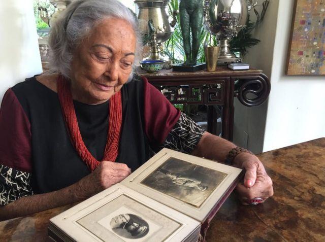 Mulher idosa vendo álbum de fotos
