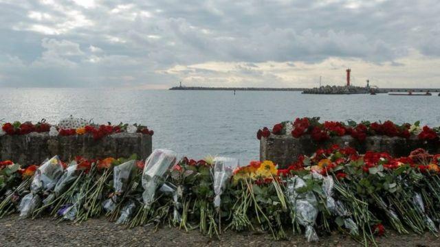 وُضعت أيضا أكاليل الزهور في شاطئ البحر الأسود بالقرب من المكان الذي يعتقد أن الطائرة سقطت فيه