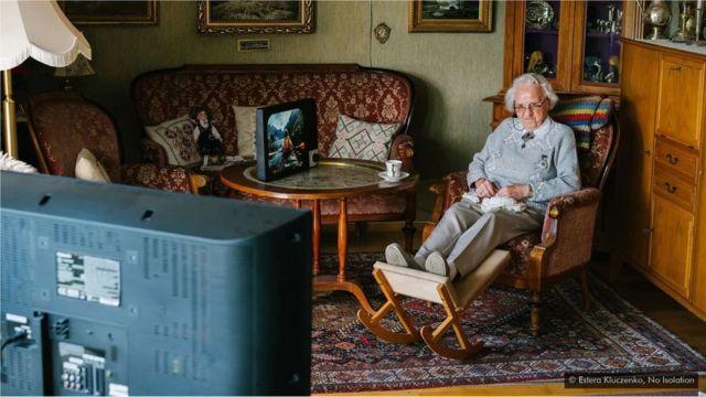 Komp est une tablette modelée sur les télévisions analogiques d'antan, et offre un moyen simplifié de partager des photos et de passer des appels vidéo