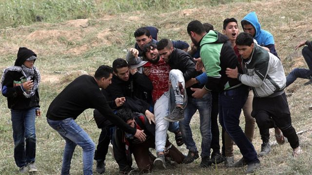 митингующие несут раненого