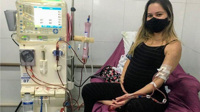 Gabriella, grávida e numa sessão de diálise