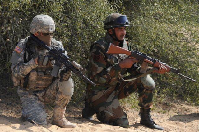 राजस्थान में भारत और अमरीका के सैनिक एक साझा युद्धाभ्यास में