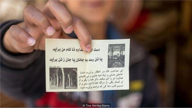 papel com escritos de Hafez