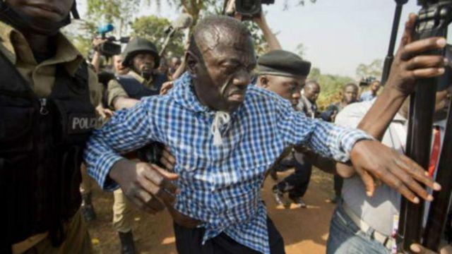 Kizza Besigye aracapfungiwe muhira iwe