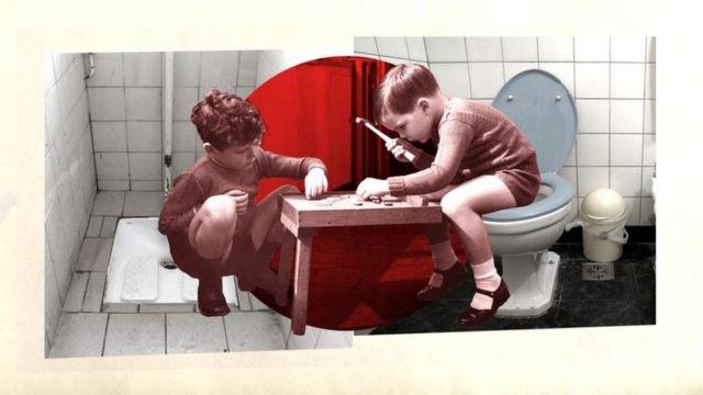 Ilustração com meninos brincando em um banheiro