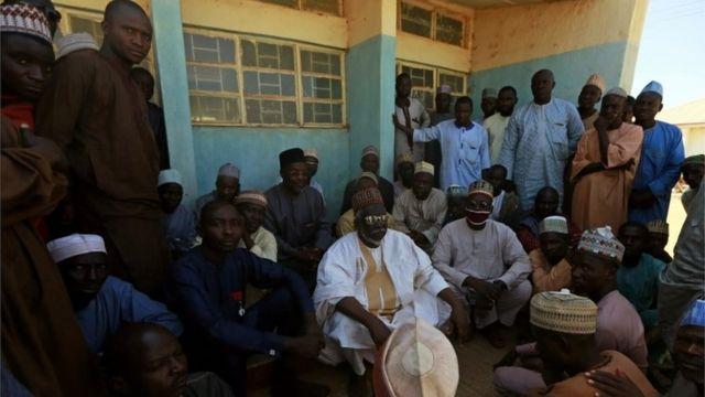 Desde que se produjo el secuestro, los padres de los menores se han congregado en la escuela a la espera de recibir noticias sobre sus hijos.