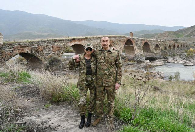 الهام علیف به همراه همسرش در کنار پل تاریخی خداآفرین بر رود ارس