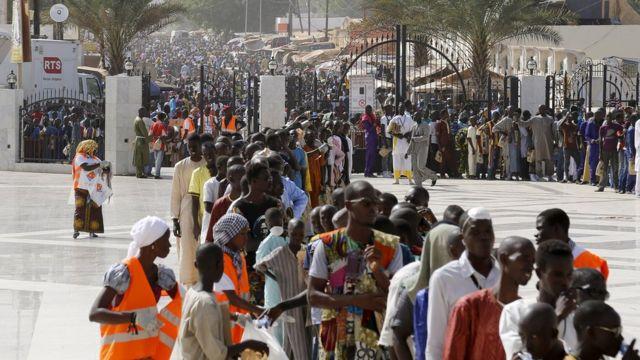 Des milliers de pèlerins sur l'esplanade de la grande mosquée de Touba