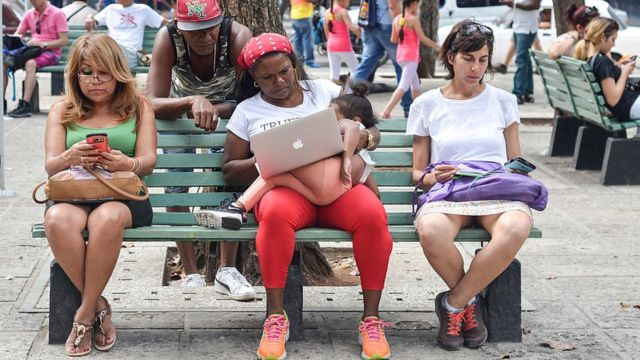 Cubanos utilizando aparatos conectados a internet.