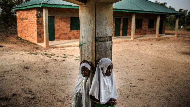 Nijerya'daki birçok Fulanili kız, sokağa çıkma kısıtlamaları sonrası okula geri dönmedi ve bu arada çoğu evlendirildi.