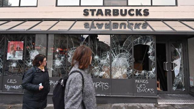 Starbucks con los vidrios rotos