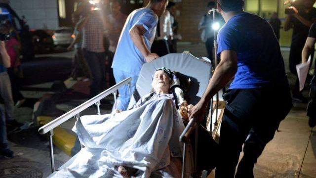 Paramédicos trasladan a una anciana herida en el atentado de Estambul el 28 de junio de 2016.