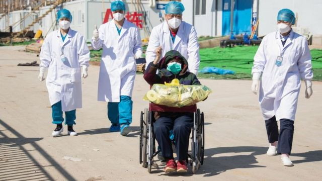 Hombre saliendo del hospital