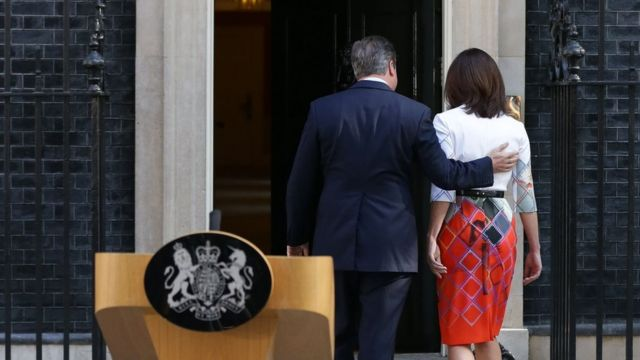 David Cameron entra al 10 Downing Street con su esposa después de anunciar su dimisión