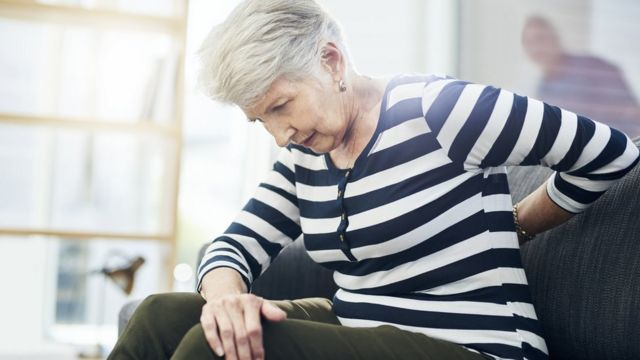 Mujer con dolor en la espalda
