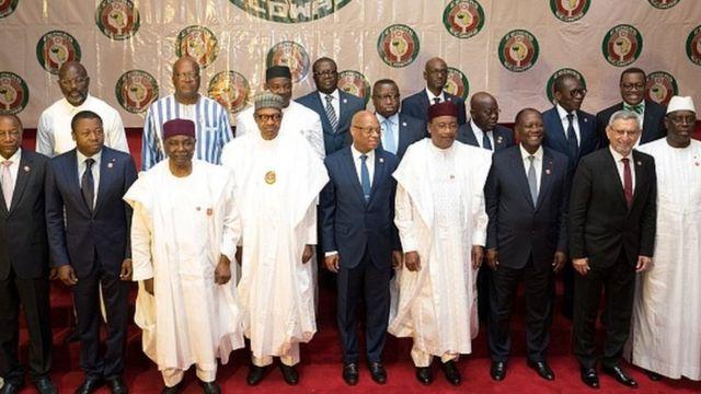 Photo de famille des dirigeants de la CEDEAO. Le guinéen Alpha Condé et l'ivoirien Alassane Ouattara font du forcing pour un troisième mandat alors que le nigérien Issifou Mahamadou en fin de mandat promet de remettre le pouvoir