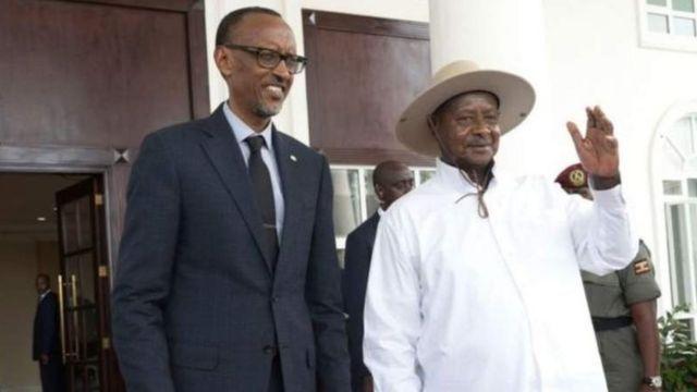Perezida Paul Kagame w'u Rwanda (ibumoso) na Perezida Yoweri Museveni wa Uganda (iburyo) bigeze kuba inshuti