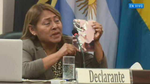 Captura de pantalla de la audiencia de la Corte Interamericana de Derechos Humanos en la cual Petita Albarracín muestra una foto de su hija Paola.