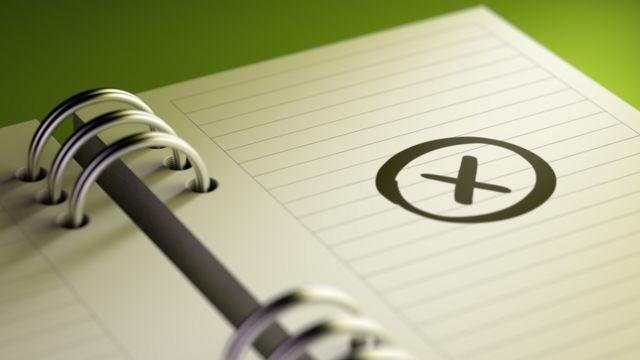 Caderno com marca de X escrita