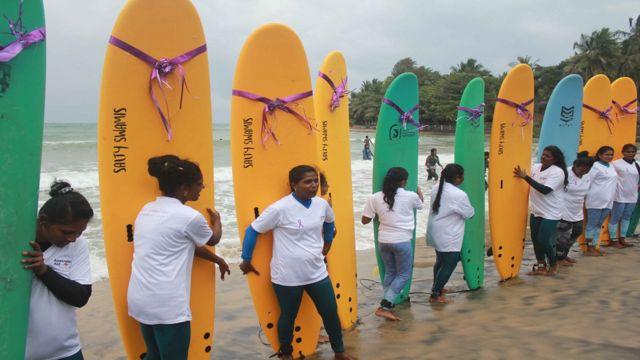 கடலில் அலை சறுக்கில் அசத்தும் இலங்கை பெண்கள்