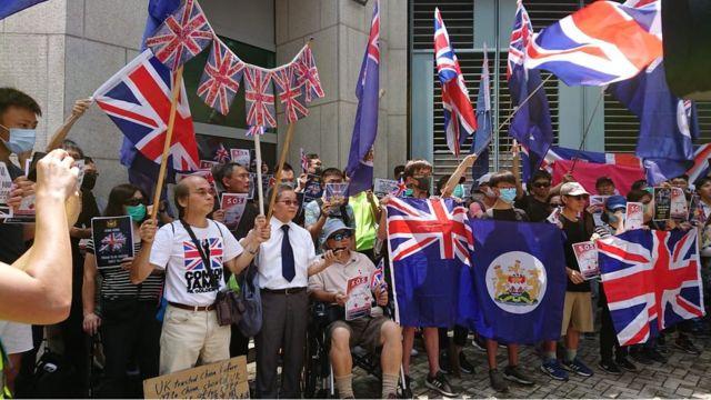 示威者在英國領事館門外請願。