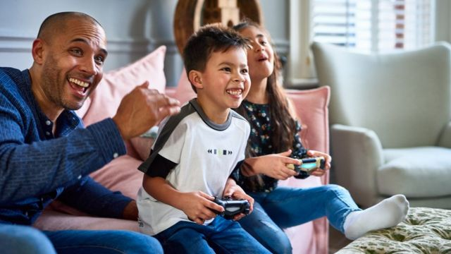 Familia jugando videojuego