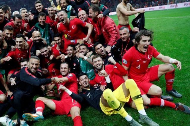 A Milli Takım, İzlanda maçı sonrası EURO 2020 finallerine katılma hakkı elde etmesini kutluyor