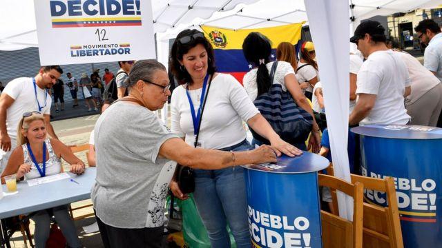 Votantes en la consulta popular de la oposición