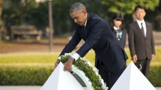 原爆死没者慰霊碑に献花するオバマ米大統領