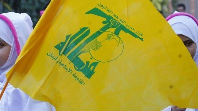 د لبنان پلازمېنه بیروت کې د حزب الله پلویان ددغې ډلې بیرغ لېږدوي