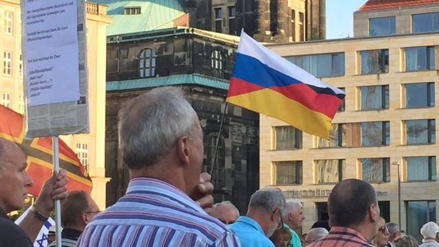 митинг ПЕГИДА в Дрездене, российско-немецкий флаг