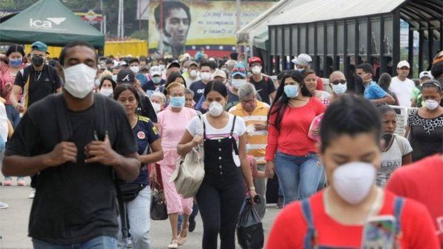 Venezolanos entrando na Colômbia