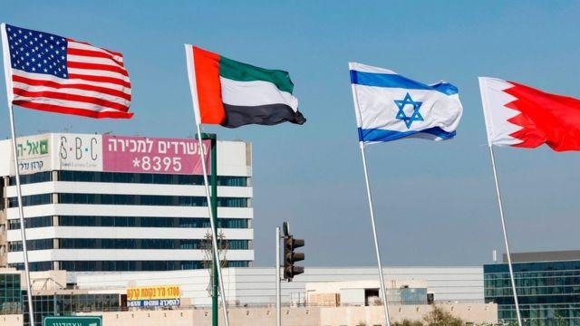 پرچمهای امارات و بحرین همراه با پرچمهای اسرائیل و آمریکا که در شهر ساحلی نتانیا در استان مرکزی اسرائیل به اهتزار درآمدهاند