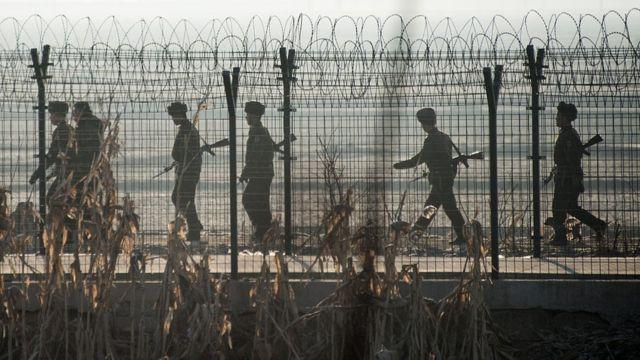 Militares de Corea del Norte en la frontera con China
