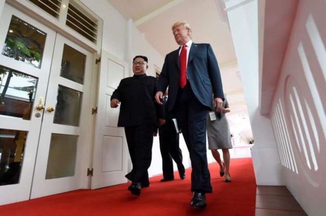 会談会場の回廊を歩き書斎へ向かう両首脳