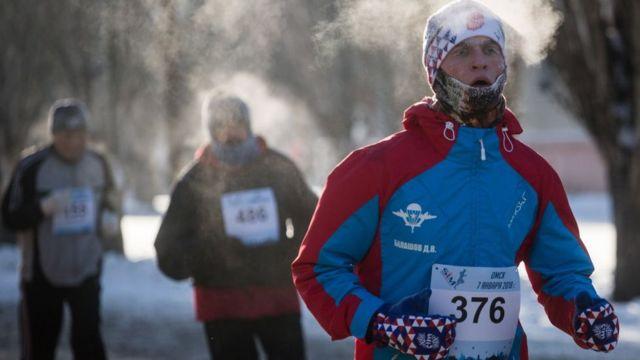 Corredor participando en una media maratón en Rusia.