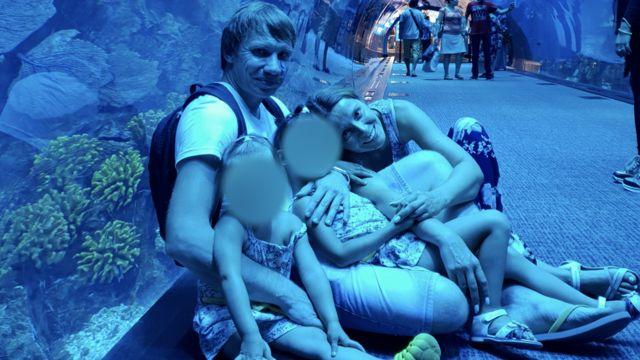 Татьяна, Алексей и двое сестер позируют в океанариуме