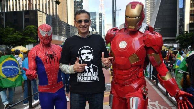 Bolsonaro'nun destekçileri, aşırı sağcı adayı 'Spider-man' ya da 'Ironman' gibi bir süper kahraman olarak niteliyor.