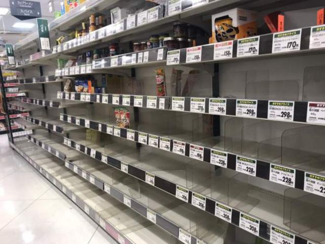 缶詰やパスタソースなどが買われた都内のスーパー