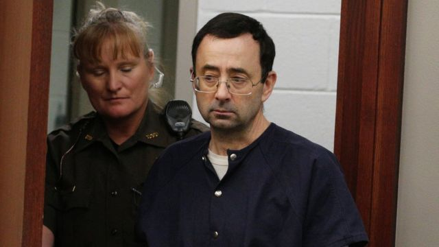 El médico Larry Nassar al entrar a la corte
